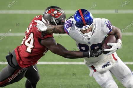 New York Giants tight end Evan Engram (88) attempts to break away from Tampa Bay Buccaneers inside linebacker Lavonte David (54) during the first half of an NFL football game, in East Rutherford, N.J