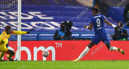 Tammy Abraham of Chelsea scores the 3-0 against Rennes goalkeeper Alfred Gomis during the UEFA Champions League group E soccer match between Chelsea FC and Stade Rennes in London, Britain, 04 November 2020.