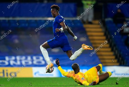 Chelsea's Tammy Abraham (L) scores the 3-0 lead against Rennes' goalkeeper Alfred Gomis (R) during the UEFA Champions League group E soccer match between Chelsea FC and Stade Rennes in London, Britain, 04 November 2020.