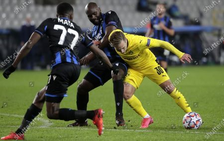 Dortmund's Felix Passlack (R) in action against Brugge players Clinton Mata (L) and Eder Balanta (C) during the UEFA Champions League group F soccer match between Club Brugge and Borussia Dortmund in Bruges, Belgium, 04 November 2020.