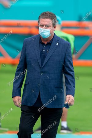 Special Advisor to the Miami Dolphins Vice Chairman, President and CEO Dan Marino wears a mask on the field before the Miami Dolphins take on the Los Angeles Rams during an NFL football game, in Miami Gardens, Fla