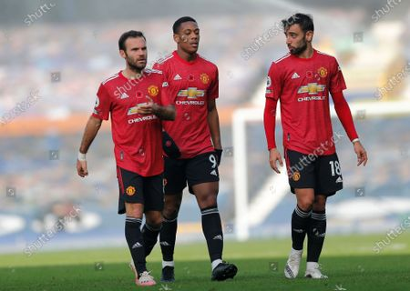 Juan Mata of Manchester United and Anthony Martial of Manchester United and Bruno Fernandes of Manchester United come off the pitch at half time leading 1-2