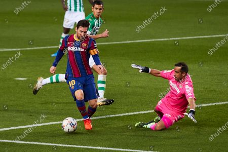 FC Barcelona's striker Lionel Messi (L) in action against Betis' goalkeeper Claudio Bravo (R) during the Spanish LaLiga soccer match between FC Barcelona and Real Betis held at Camp Nou stadium in Barcelona, Spain, 07 November 2020.