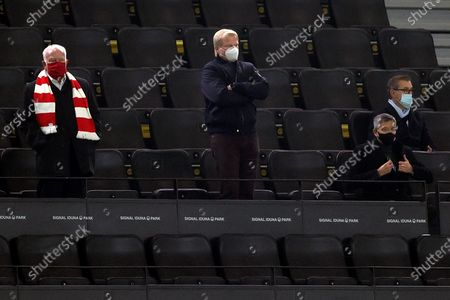 Bayern's member of the supervisory board and Honorary President Uli Hoeness (L), manager Oliver Kahn (C) and President Herbert Hainer (2-R) look on prior to the German Bundesliga soccer match between Borussia Dortmund and Bayern Muenchen in Dortmund, Germany, 07 November 2020.