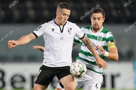 Vitoria de Guimaraes´s Pepelu (L) vies for the ball with Sporting´s Sebastian Coates (R) during their Portuguese First League soccer match held at D. Afonso Henriques stadium in Guimaraes, Portugal, 07 November 2020.