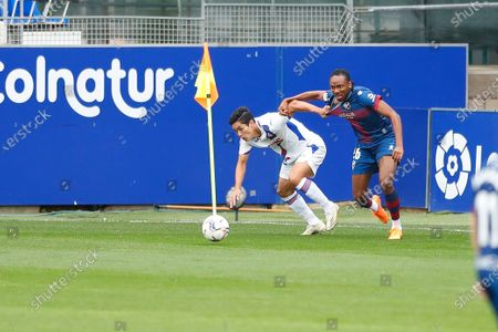 "(L-R) Yoshinori Muto (Eibar), Kelechi Nwakali (Huesca) - Football / Soccer : Spanish ""La Liga Santander"" match between SD Huesca 1-1 SD Eibar at the Estadio El Alcoraz in Huesca, Spain."