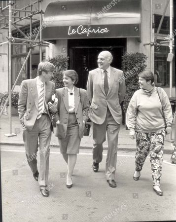 Mike Hollingsworth - 1988 L To R: Mike Hollingsworth Anne Diamond Gordon Honeycombe And Anne's Friend Shirley Leave 'le Caprice' Restaurant After Lunch... Pkt2855 - 195442
