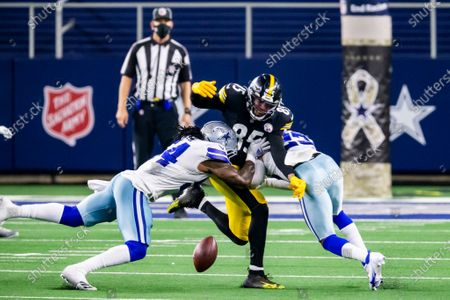 Stock Image of Pittsburgh Steelers tight end Eric Ebron (85) is unable to catch a pass as Dallas Cowboys middle linebacker Jaylon Smith (54) and strong safety Darian Thompson (23) defend during an NFL football game, in Arlington, Texas. Pittsburgh won 24-19