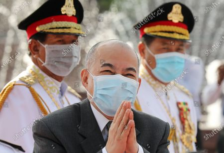 Cambodian King Norodom Sihamoni (C) greets well-wishers during a ceremony at the Independence Monument in Phnom Penh, Cambodia, 09 November 2?020. Cambodia marked its 67th anniversary of independence from France on 09 November 2020.