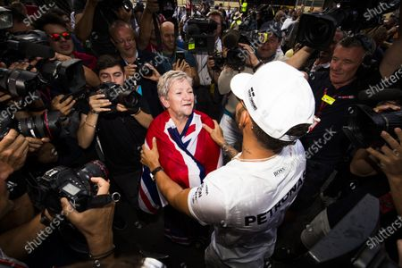 Autodromo Hermanos Rodriguez, Mexico City, Mexico. Sunday 29 October 2017. Lewis Hamilton, Mercedes AMG, celebrates his 4th world drivers championship title with his mother Carmen Larbalestier, surrounded by a large crowd of photographers. World Copyright: Sam Bloxham/LAT Images