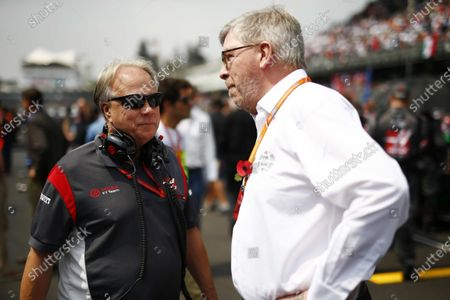 Autodromo Hermanos Rodriguez, Mexico City, Mexico. Sunday 29 October 2017. Gene Haas, Team Owner, Haas F1, with Ross Brawn, Managing Director of Motorsports, FOM, on the grid. World Copyright: Andy Hone/LAT Images