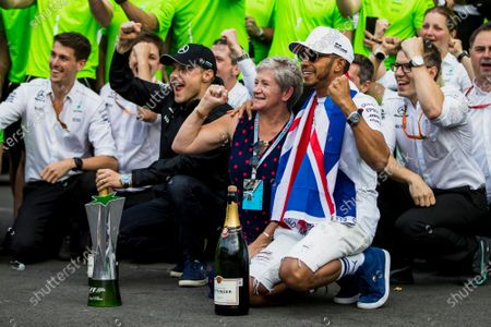 Autodromo Hermanos Rodriguez, Mexico City, Mexico. Sunday 29 October 2017. Lewis Hamilton, Mercedes AMG, with his mum Carmen Larbalestier, team mate Valtteri Bottas, Mercedes AMG, 2nd Position, and the Mercedes team, celebrate a 4th World title for Hamilton and a podium result for Bottas. World Copyright: Zak Mauger/LAT Images