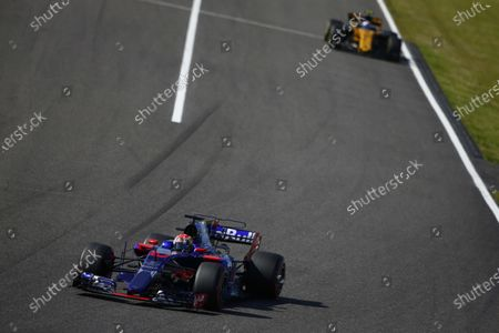 Suzuka Circuit, Japan. Sunday 8 October 2017. Pierre Gasly, Toro Roso STR12 Renault, leads Jolyon Palmer, Renault R.S.17.  World Copyright: Andrew Hone/LAT Images