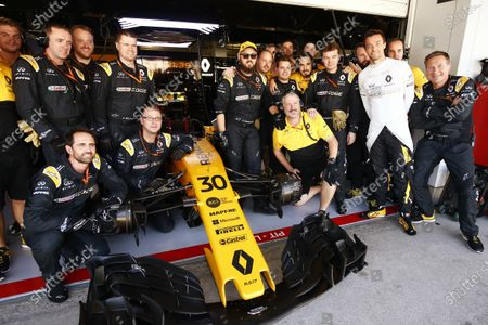 Suzuka Circuit, Japan. Sunday 08 October 2017. Jolyon Palmer, Renault R.S.17, poses for a picture with his team ahead of his last race for Renault. World Copyright: Andy Hone/LAT Images