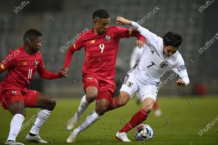 Gabriel Torres of Panama (C) and Gaku Shibasaki of Japan (R) in action during the international friendly match between Japan and Panama in Graz, Austria, 13 November 2020.