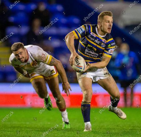 Brad Dwyer of Leeds Rhinos passes the ball; The Halliwell Jones Stadium, Warrington, Cheshire, England; Betfred Rugby League Playoffs, Catalan Dragons versus Leeds Rhinos.