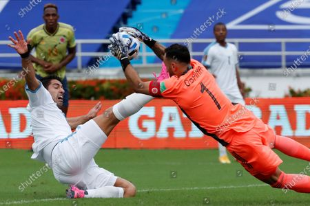 David Ospina (R) goalkeeper of Colombia vies for the ball with Luis Suarez of Uruguay during their South American qualifiers soccer match to Qatar 2022 World Cup between Colombia and Uruguay at Metropolitano in Barranquilla, Colombia, 13 November 2020.