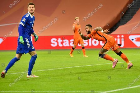 Netherlands' Memphis Depay, right, celebrates after passing Bosnia and Herzegovina's goalkeeper Ibrahim Sehic, left, to score his side's third goal during the UEFA Nations League soccer match between The Netherlands and Bosnia and Herzegovina at the Johan Cruyff ArenA in Amsterdam, Netherlands