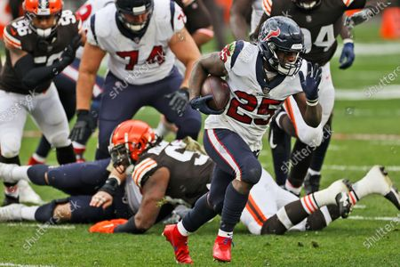 Houston Texans running back Duke Johnson (25) rushes during the first half of an NFL football game against the Cleveland Browns, in Cleveland