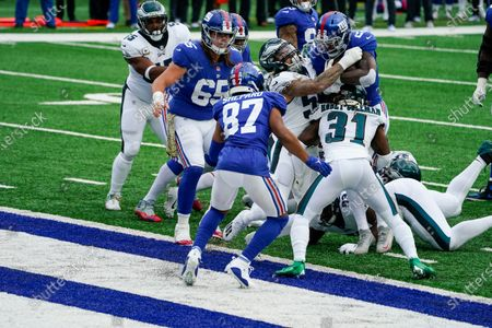 New York Giants' Wayne Gallman (22) rushes for a touchdown during the second half of an NFL football game against the Philadelphia Eagles, in East Rutherford, N.J
