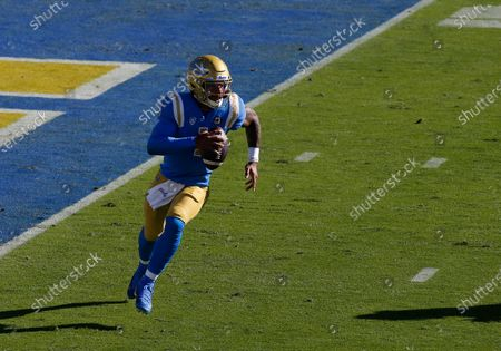 UCLA Bruins quarterback Dorian Thompson-Robinson #1 carries the ball during the NCAA football game between the California Golden Bears and the UCLA Bruins at the Rose Bowl in Pasadena, California. Mandatory Photo Credit : Charles Baus/CSM