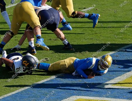 UCLA Bruins quarterback Dorian Thompson-Robinson #1 scores a touchdown during the NCAA football game between the California Golden Bears and the UCLA Bruins at the Rose Bowl in Pasadena, California. Mandatory Photo Credit : Charles Baus/CSM