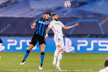 Karim Benzema of Real Madrid (R) plays against Stefan de Vrij of Internazionale (L) during the UEFA Champions League group stage match between Real Madrid and Internazionale at Estadio Alfredo Di Stefano in Madrid, Spain.