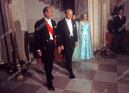 United States President Gerald R. Ford, left center, welcomes President Valéry Giscard d'Estaing of France, left, to the White House in Washington, DC for a State Dinner. Walking behind the presidents are Anne-Aymone Giscard d'Estaing and Mrs. Betty Ford