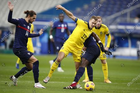 Sweden's Viktor Claesson, center, keeps the ball before scoring the opening goal of his team during the UEFA Nations League soccer match between France and Sweden at the Stade de France stadium in Saint-Denis, northern Paris