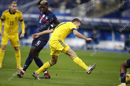 Sweden's Viktor Claesson, center, scores the opening goal of his team during the UEFA Nations League soccer match between France and Sweden at the Stade de France stadium in Saint-Denis, northern Paris