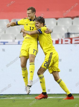 Sweden's Viktor Claesson (L) celebrates scoring his team's first goal during the UEFA Nations League soccer match between France and Sweden held in Paris, France, 17 November 2020.