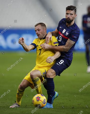 France's Olivier Giroud, right, and Sweden's Sebastian Larsson fight for the ball during the UEFA Nations League soccer match between France and Sweden at the Stade de France stadium in Saint-Denis, northern Paris