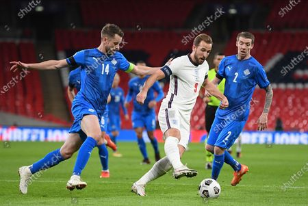 England's Harry Kane, center, Iceland's Kari Arnason, left, and Iceland's Birkir Saevarsson challenge for the ballduring the UEFA Nations League soccer match between England and Iceland at Wembley stadium in London