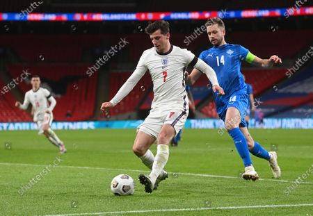 England's Mason Mount, center, controls the eball in front of Iceland's Kari Arnason during the UEFA Nations League soccer match between England and Iceland at Wembley stadium in London