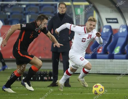 Netherlands' Stefan de Vrij, left, and Poland's Kamil Jozwiak vie for the ball as Netherlands' coach Frank de Boer, rear, watches during the Nations League soccer match between Poland and The Netherlands at Silesian Stadium in Chorzow, Poland