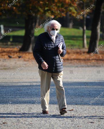 Giorgio Forattini takes a lunchtime walk in Montanelli park
