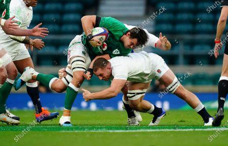 Sam Underhill of England tackles Quinn Roux of Ireland