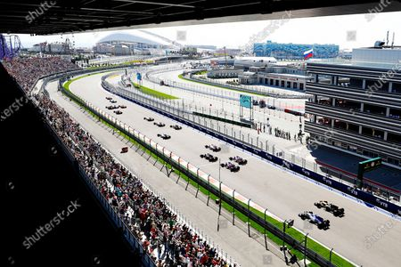 Sochi Autodrom, Sochi, Russia. Sunday 30 April 2017. Jolyon Palmer, Renault R.S.17, and Pascal Wehrlein, Sauber C36-Ferrari, chase the pack as they pull away for the start. World Copyright: Joe Portlock/LAT Images