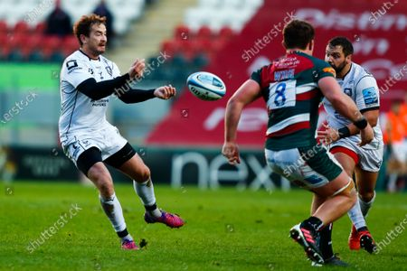 Danny Cipriani of Gloucester Rugby moves the ball wide; Welford Road Stadium, Leicester, Midlands, England; Premiership Rugby, Leicester Tigers versus Gloucester Rugby.