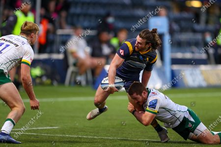Oli Morris of Worcester Warriors looks for an off-load
