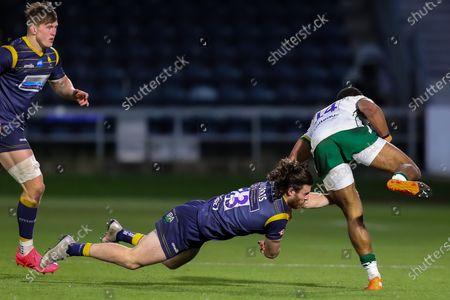 Oli Morris of Worcester Warriors tackles Ben Loader of London Irish