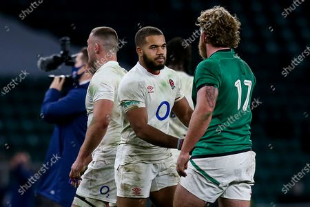 Ollie Lawrence of England shakes hands with Ed Byrne of Ireland