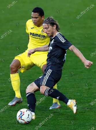 Vilarreal's striker Carlos Bacca (L) duels for the ball against Real Madrid's midfielder Luka Modric (R) during the Spanish LaLiga soccer match between Villarreal CF and Real Madrid at La Ceramica stadium in Castellon, eastern Spain, 21 November 2020.
