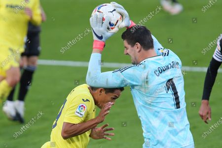 Real Madrid's goalkeeper Thibaut Courtois deserves the ball ahead of Villareal's Carlos Bacca during the Spanish La Liga soccer match between Villarreal and Real Madrid in Ceramica stadium in Villarreal, Spain