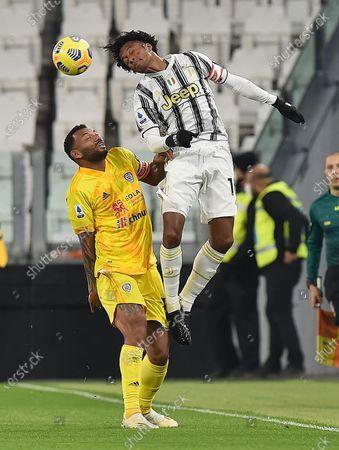 Juventus' Juan Cuadrado (R) and Cagliari's Joao Pedro in action during the Italian Serie A soccer match Juventus FC vs Cagliari Calcio at the Allianz stadium in Turin, Italy, 21 November 2020.