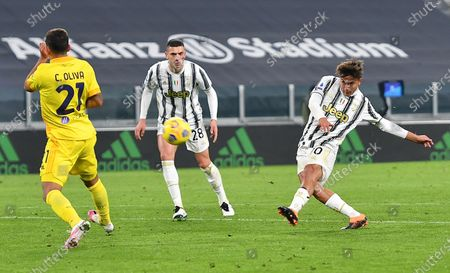 Juventus' Paulo Dybala (R) in action during the Italian Serie A soccer match Juventus FC vs Cagliari Calcio at the Allianz stadium in Turin, Italy, 21 November 2020.