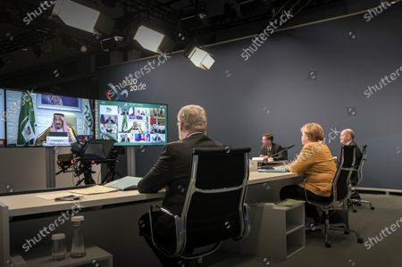 Chancellor Angela Merkel and Finance Minister Olaf Scholz during the G20 summit in video conference format in the Chancellery. The host, the King of Saudi Arabia, Salman ibn Abd al-Aziz, can be seen on the screen.