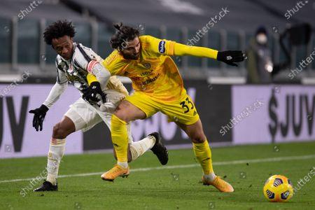 Juan Cuadrado of Juventus and Riccardo Sottil of Cagliari Calcio