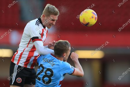 Oli McBurnie of Sheffield (L) in action against  Tomas Soucek of West Ham (R) during the English Premier League soccer match between Sheffield United and West Ham United in Sheffield, Britain, 22 November 2020.
