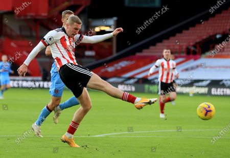 Oli McBurnie of Sheffield takes a shot during the English Premier League soccer match between Sheffield United and West Ham United in Sheffield, Britain, 22 November 2020.